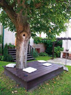 Jednoduchá dřevěná plošina a pár polštářů ve stínu starého ořechu změnily a zútulnily tuto malou zahradu. K relaxaci zde slouží už víc než deset let.