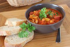 Zutaten für 4-6 Portionen: 2 EL Olivenöl 1 Zwiebel 1 Knoblauchzehe 300 g Karotten 500 Kartoffeln 4 Merguez oder Würstchen 1 Dose vorgek...