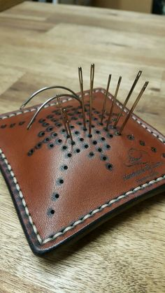 Blazinica za igle handmade by Zvone Murko Leather Carving, Leather Art, Sewing Leather, Leather Gifts, Leather Pattern, Custom Leather, Leather Pouch, Leather Design, Leather Tooling