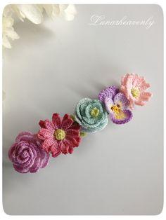 とっても細いレース糸で編んだお花を集めて、バレッタに仕立てました。パンジー、ガーベラ、ラナンキュラス。色とりどりの花たちが髪を彩ります。<サイズ> 約縦1.8cm×横7cm(金具サイズは幅5mmで、小さめとなっております) <素材> 金具…真鍮 モチーフ…コットン ※型崩れしないよう加工してあります 通常レース編みで使われる20番・40番より細い、80番のレース糸で、モチーフひとつひとつ丁寧に編んでいます。パターンはすべてオリジナルです。故意に引っ張ることは型崩れや破損の原因となりますので避けてください。引っかけや擦れにもご注意下さい。お花のパーツはひとつひとつ染色してあります。水に濡れると色落ちや色移りの可能性があります。十分ご注意ください。