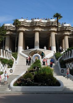 The park has an interesting history and was commissioned by Eusebi Güell in 1900. He and Gaudí envisioned a gated community for Barcelona's rich movers and shakers. In 1900 the park was in the countryside, away from the hustle and noise of busy Barcelona.