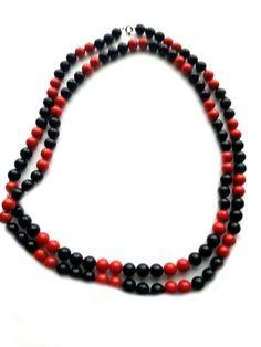 RHK1011  -  Modische Halskette 120 cm mit Ringverschluss schwarz/rot Kunststoffperlen keine Handarbeit,Original-Schmuck,60-ziger Jahre. Da es sich nicht um neue Ware (Antiquitäten) handelt, gibt es das Produkt in der Regel nur als Einzelstück.