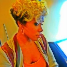 Cute curls! @its_ms_vixen | #thecutlife #shorthair #curls #beauty #twotone #style #stunner ✂️ #Padgram
