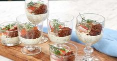 Matjessilltårta i portionsglas med smörstekt kavring Tapas, Wine Glass, Alcoholic Drinks, Snacks, Tableware, Desserts, Food, Twitter, Photos