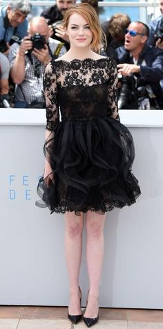 Emma Stone went girly for the Irrational Man photocall during the Cannes Film Festival, sweetening up in a black lace ruffled Oscar de la Renta frock, with Repossi jewelry and Louboutin pumps. Emma Stone Style, Sienna Miller, Celebrity Outfits, Celebrity Look, Glamour, Estilo Emma Stone, Pretty Dresses, Beautiful Dresses, Charlize Theron