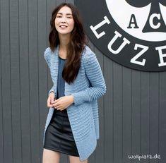 Eine wunderschöne Jacke stricken? Hier geht's zur gratis Anleitung: http://www.wollplatz.de/blog/amira-jacke-strickanleitung/