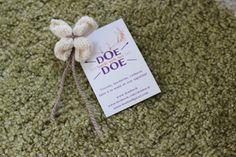 Une fleur-papillon broche tricotée! www.facebook.com/doedoe.fr