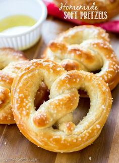 Homemade Soft Pretzels | These pretzels have a slightly chewy exterior like a good soft pretzel should, while the inside is super soft and buttery.  @sprinklesomesug