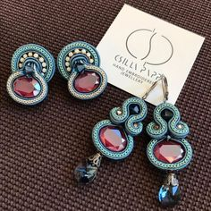 #csodásvasárnap #esikazeső #dobjukfelszinekkel #áfonya #blueberry #happyearrings #ragyogó #swarovski #csillapappjewelry #csillapapp Soutache Earrings, Clay Earrings, Quilling Jewelry, Jewelry Crafts, Brooches Handmade, Earrings Handmade, Shibori, I Love Jewelry, Jewelry Making