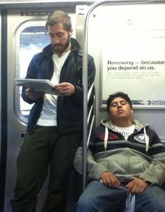 People Sleeping On The Subway Next To Jake Gyllenhaal People Sleeping, Jake Gyllenhaal, Celebrities Reading, James Mcavoy, Liam Hemsworth, Tom Hanks, Leonardo Dicaprio, Hollywood Stars, Book Lovers