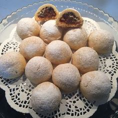 ATOM KURABİYE Kurabiyesi için malzemeler: 250g tereyağ ( oda sıcaklığında) Yarım çay bardağı sıvıyağ 1 yumurta Yarım limon kabuğu rendesi 1 kabartma tozu 1 vanilya 2 yemek kaşığı pudra şekeri 1 yemek kaşığı tepeleme nişasta Aldığı kadar un İçi için malzemeler: 1 elma (veya ayva marmelatından 2 yemek kaşığı) 5 adet incir 5 adet kayısı kurusu 1 çay bardağı kuru incir 1 çay bardağı doğranmış ceviz içi 1 çay kaşığı silme tarçın Yapılışı���.
