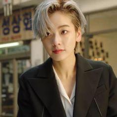 Kpop Short Hair, Korean Short Hair, Kpop Hair, Short Pixie Haircuts, Girl Short Hair, Straight Hairstyles, Short Girls, Lee Joo Young, Young Kim