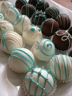 Tiffany' s themed bridal shower cake balls. Or use this decoration for truffles at a baby shower. Tiffany Cakes, Tiffany Party, Tiffany Blue, Tiffany Wedding, Chocolates, Macarons, Bridal Shower Cakes, Breakfast At Tiffanys, Mini Cakes