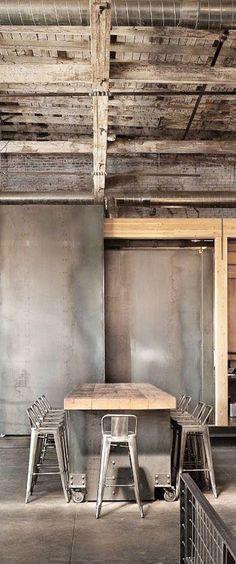 Industrieel interieur - industriële barkrukken - industriële eettafel - industriële eetkamerstoelen