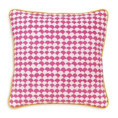 <p>Housse de coussin carré en canvas sérigraphié avec motifs écailles roses, passe-poil jaune, fermeture zippée, Design Lalé. Pour donner une touche colorée à votre salon ou chambre! On aime ce rose flashy et son graphisme écailles .</p>