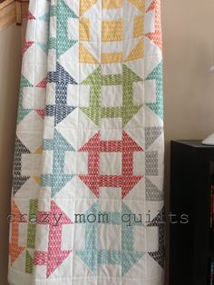 Pezzy churn dash quilt : crazy mom quilts: link to churn dash block. Love the few reversed blocks in her quilt! Jellyroll Quilts, Scrappy Quilts, Easy Quilts, Bed Quilts, Star Quilts, Quilting Tutorials, Quilting Projects, Quilting Designs, Quilting Ideas