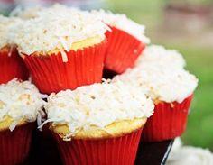 Impossível resistir a um bolo quentinho no meio da tarde, confira essa receita de bolo light de mandioca com coco