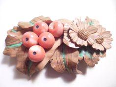 【江月】アンティーク・光林作 木彫彩色本珊瑚菊花と南天帯留め_画像2                                                                                                                                                                                 More