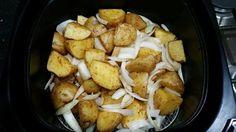 Kruimige aardappels heb ik even schoon gemaakt zodat het grond enzo eraf is. En dan in vieren (of hoe groot of klein je het wilt) daarna paprikapoeder erop. En dan 25 min op 180 graden. En de laatste 5 minuten zou ik de ui doen. Die hebben we ook besprayt met olijfolie