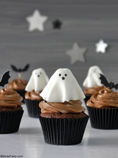 Halloween Chocolate Cupcakes with Fondant Ghost Toppers - quick and easy homemade recipe that is also delicious to make with the kids at home! by BirdsParty.com @birdsparty #halloweencupcakes #halloweenrecipe #halloweendessert #halloween #ghostcupcakes #fondantghost #halloweendessert #halloweenfood Halloween Dishes, Halloween Desserts, Halloween Cupcakes, Halloween Party, Ghost Cupcakes, Fondant Cupcakes, Chocolate Cupcakes, Cupcake Mold, Halloween Chocolate