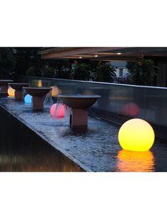 La boule Lumisky est flottante. Ce petit bout d'originalité est parfait pour éclairer le jardin. https://www.jardin-concept.com/p-boule-lumineuse-flottante-51-5343.html