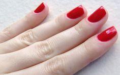 Veja um passo a passo de como fazer as unhas sem borrar. http://www.feminices.blog.br/passo-passo-para-pintar-unhas-sem-manchar-o-esmalte/