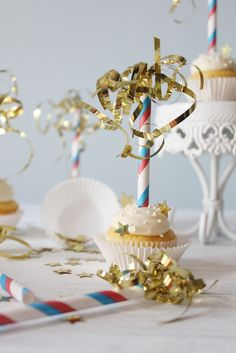 DIY sparkler cupcake toppers from paper straws. Tutorial by Icing Designs. Nice for a New Year's Eve party. Sparkler Candles, Sparklers, Cute Dorm Rooms, Cupcakes, Farmhouse Kitchen Decor, Diy Candles, New Years Eve Party, Cupcake Toppers, Diy Cupcake
