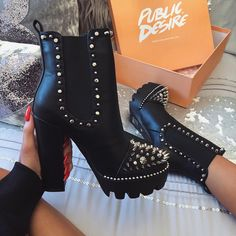 Discovered by Zoé. Find images and videos about fashion, shoes and boots on We Heart It - the app to get lost in what you love. Dream Shoes, Crazy Shoes, Me Too Shoes, Hippie Mode, Hippie Style, Heeled Boots, Bootie Boots, Shoe Boots, Ankle Boots