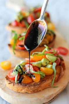 Avocado Bruschetta with Balsamic Reduction Creamy, ripe avocado with tangy, juicy tomatoes, what a perfect party snack! And this balsamic reduction — so smooth and complimentary to this version of bruschetta! What a beautiful combination. Vegan Appetizers, Appetizers For Party, Appetizer Recipes, Appetizer Ideas, Italian Bruschetta Recipe, Tomato Bruschetta, Olive Garden Bruschetta Recipe, Avocado Bruschetta Recipe, Snacks Für Party