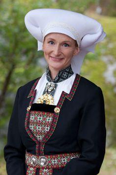 2011 - Sida 36 av 43 - Kurbits - din slöjdkompis i samtiden Ethnic Fashion, Native Fashion, Native Style, Ice Queen, Folk Costume, People Of The World, Traditional Dresses, Norway, Scandinavian