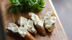 Melted goat's cheese on sourdough (Tartine de crottin de chèvre chaud) recipe Brunch Recipes, Appetizer Recipes, Appetizers, Cheesy Recipes, Cream Cheese Recipes, Honey Recipes, Tostadas, Goat Cheese, Bruschetta