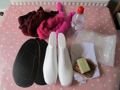 This morning I spent a good hour searching online for a comprehensive felted slipper tutorial, with lots of pictures, using polystyrene lasts to finish the slippers. Wet Felting Projects, Needle Felting Tutorials, Felt Projects, Needle Felted Animals, Felt Animals, Felt Diy, Felt Crafts, Felted Wool Slippers, Felted Scarf