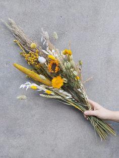 """Alsof de hele dag de zon schijnt... boeket droogbloemen """"Gele Gloed"""". Een prachtig, met de hand gemaakt boeket met gele droogbloemen."""