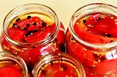 Când vorbim despre gogoșarii murați în oțet alternativele cunoscute sunt două mari și late: fiemurațiîn oțet fiert în prealabil cu diverse miroase și eventual opăriți gogoșarii, fie marinați la rece și lăsați să macereze 12-24 de ore în oțet cu sare și zahăr (sau miere) și condimente, timp în care gogoșarii își lasă sucul. Toate bune și frumoase, în ambele variante gogoșarii sunt foarte buni, dar se poate și mai bine. În cazul celei de-a doua variante - marinarea la rece - am un mic… Honey, Vegetables, Vegetable Recipes, Veggies