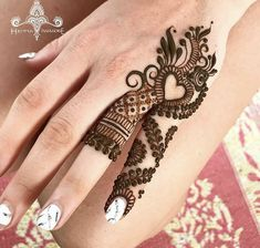 Mehndi is something that every girl want. Arabic mehndi design is another beautiful mehndi design. We will show Arabic Mehndi Designs. Finger Henna Designs, Simple Arabic Mehndi Designs, Mehndi Designs For Beginners, Modern Mehndi Designs, Mehndi Design Photos, Mehndi Designs For Fingers, Beautiful Henna Designs, Latest Mehndi Designs, Henna Tattoo Designs