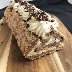 Budapestrulle med banan og chokolade Delicious Desserts, Yummy Food, Sweet Pastries, Creative Cakes, Coffee Cake, I Love Food, Baked Goods, Cake Recipes, Food And Drink
