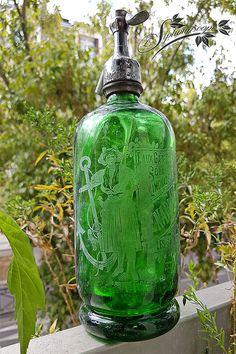 Siphon vert des Sables d'Olonne avec une Sablaise adossée à une ancre de marine Antique Bottles, Old Bottles, Blue Bottle, Cocktail Shaker, Window Sill, Vintage Love, My Favorite Color, Green Dress, Art Deco