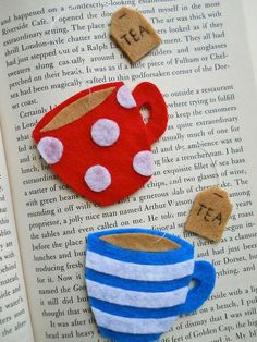 Felt teacup bookmark available on her etsy shop Fabric Crafts, Sewing Crafts, Craft Projects, Sewing Projects, Felt Bookmark, Diy Bookmarks, Felt Patterns, Flower Patterns, Creation Couture