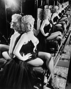 MARILYN-MONROE-SITTING-CIRCUS-COSTUME-1955-anonyme.jpg 3 169 × 3 989 pixels