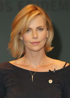 Pictures : 10 New Celebrity Bobs That Look Great on Almost Everyone - Charlize Theron Bob Haircut 2015 Charlize Theron Style, Charlize Theron Photos, Charlize Theron Oscars, Bob Hairstyles 2018, Short Hairstyles For Women, Celebrity Hairstyles, Bob Haircuts, Celebrity Bobs, Atomic Blonde