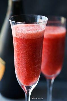 Truskawkowe bellini   • truskawki • schłodzone Prosecco, wino musujące, szampan • cukier puder Strawberry Bellini, Strawberry Cocktails, Strawberry Recipes, Party Drinks, Cocktail Drinks, Alcoholic Drinks, Beverages, Happy Drink, Strawberry Picking
