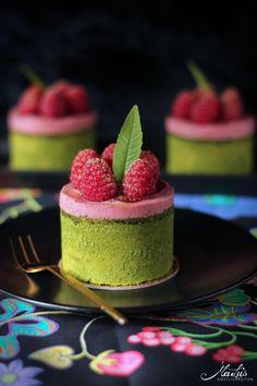 Raspberry Matcha Tartlet – About Dessert World Dessert Recipes For Kids, Tea Recipes, Sweet Recipes, Cake Recipes, Matcha Dessert, Matcha Cake, Matcha Oreo, Matcha Cupcakes, Paleo Dessert