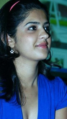 Keerthi Suresh Shy Look Beautiful Girl In India, Beautiful Lips, Beautiful Girl Image, Beautiful Heroine, Cute Beauty, Beauty Full Girl, Beauty Women, Indian Natural Beauty, Indian Beauty Saree