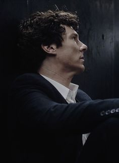 """teapotsubtext: """"confirmed john would be the fic writer that describes sherlock's sculpted, statuesque features 'as if they were carved from marble' """""""