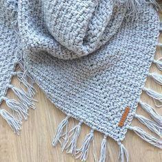 Patroon omslagdoek met satijnlinten - Omslagdoek in granietsteek met satijnlint - Mode Crochet, Crochet Wool, Crochet Shawl, Diy Crochet, Hand Crochet, Crochet Baby, Knitted Poncho, Knitted Shawls, Crochet Scarves