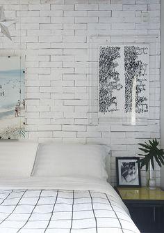 Cor é ponto alto em apartamento jovem de 60 m². Móvel verde integra funções em lar de dois irmãos em SP. Apartamento de 60 m² na Vila Olímpia, em São Paulo assinado por Flavio Castro privilegia a integração e multifuncionalidade. Quarto com parede de tijolinhos branca e decoração neutra