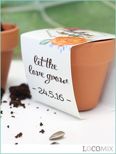 The Flower Pot wedding favours are great favours for your wedding guests! The small terracotta pots will be filled with the flower seeds of your choice. The small pots will also be covered with a wrapper in the personalised design of your choice! Add your names and, for example, wedding date to complete the original and unique wedding favours.