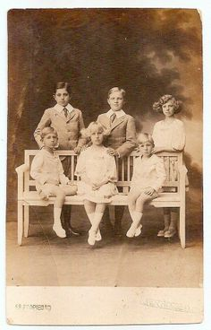 The infantes of King Alphonso XIII and Queen Victoria Eugenie of Spain. Spanish King, Spanish Royal Family, Spain History, European History, Queen Victoria Prince Albert, Princess Victoria, Royal Queen, King Queen, Victoria Kids
