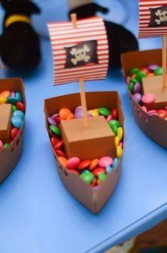 Festa Infantil - Piratas #4 Barquinhos com confeitos Pirate Kids, Pirate Day, Pirate Birthday, Pirate Theme, Boy Birthday, Playmobil Pirates, Diy Pour Enfants, Peter Pan Party, Party Props