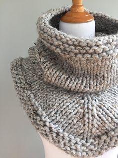 Knit Stockinette Bandana Cowl Scarf Pattern (Free) — Ashley Lillis - Diy and crafts interests Cowl Scarf, Knit Cowl, Knitted Poncho, Knitted Hats, Knit Crochet, Hand Crochet, Cozy Knit, Crochet Granny, Easy Knitting